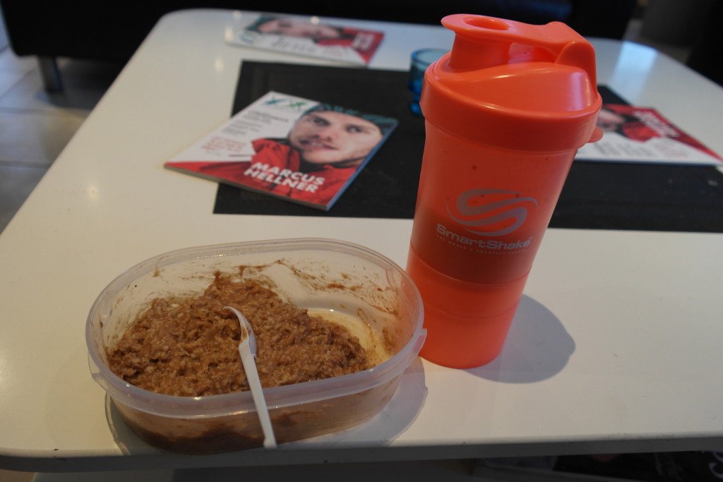 Post workout meal at the gym! Oats with cinnamon and 30g of Whey protein