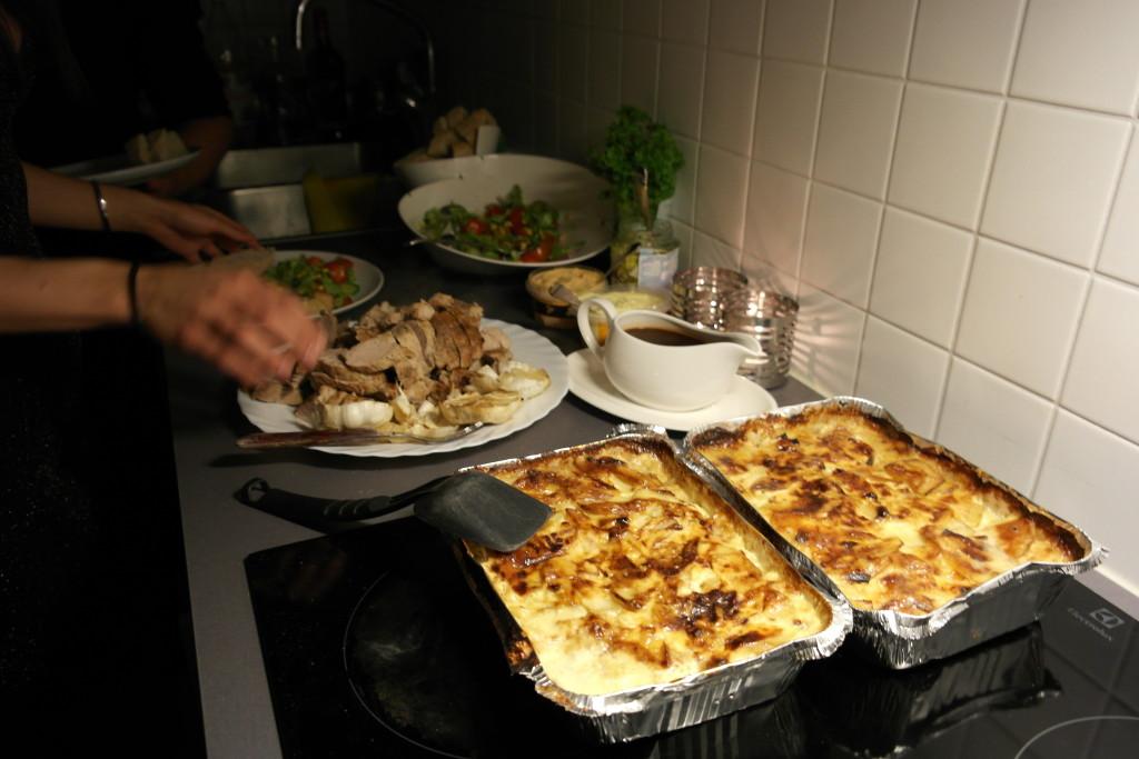 varmrätt: Fläskfile med potatisgratäng, sallad, rödvinssås och bea
